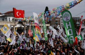 Τουρκία: Χιλιάδες πολίτες στους δρόμους για την βουλευτή της αντιπολίτευσης που κάνει απεργία πείνας [pics]