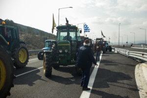 Μακεδονία: Αμετακίνητοι στα μπλόκα – Οι αγρότες απαιτούν και προειδοποιούν με τα τρακτέρ στις εθνικές οδούς!