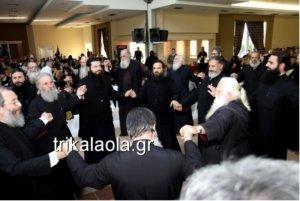 Τρίκαλα: Ώπα! Όλοι οι ιερείς της Μητρόπολης χορεύουν την «Παπαλάμπραινα»! video