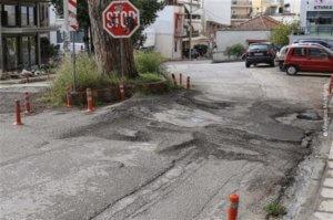 Πάτρα: Οι ρίζες βάζουν «τρικλοποδιές» – Στο προσκήνιο πάλι το πεύκο στη μέση του δρόμου [pics]