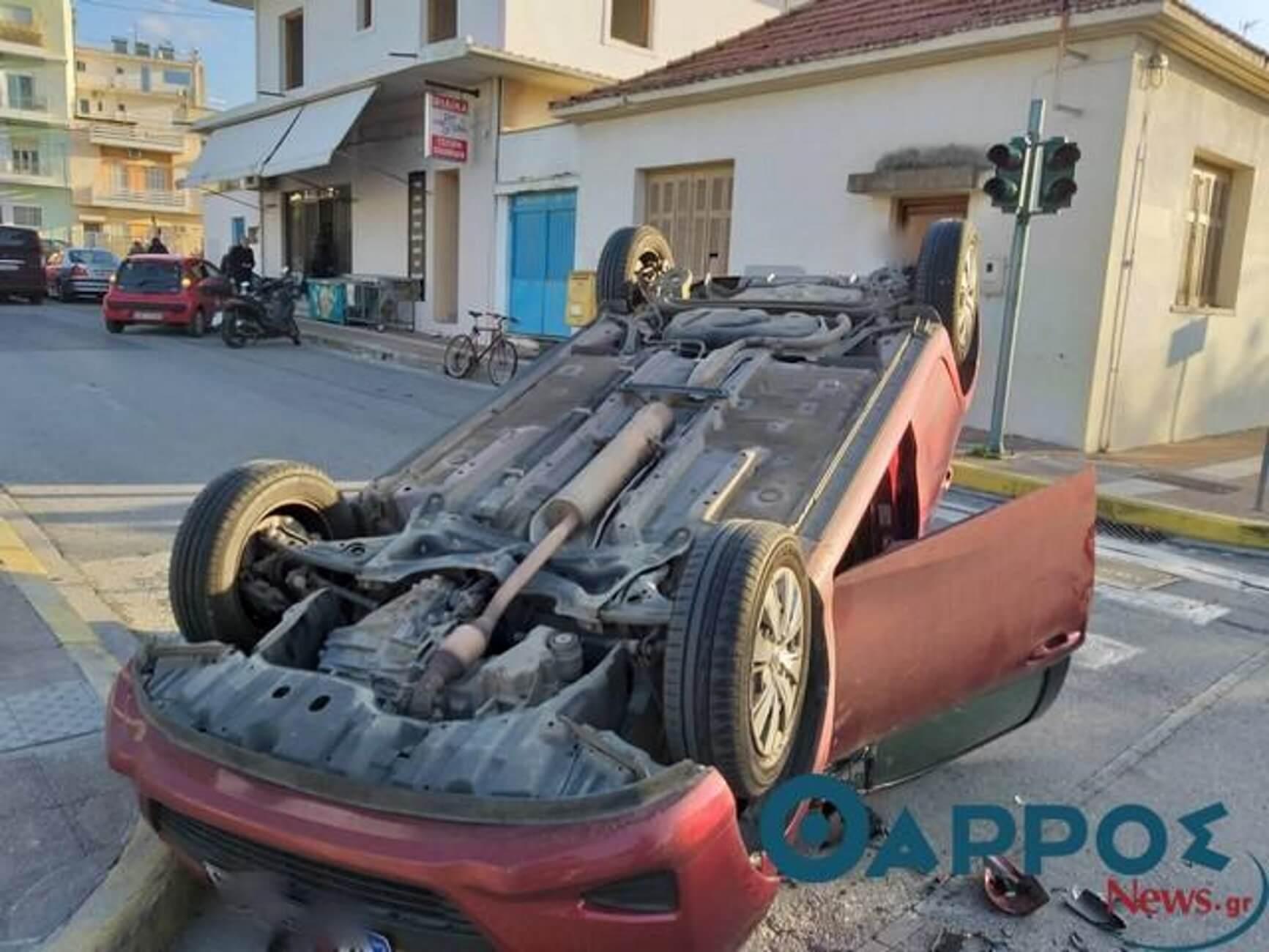 Καλαμάτα: Τροχαίο με ανατροπή αυτοκινήτου μπροστά σε μικρούς μαθητές – Οι εικόνες στην είσοδο σχολείου [pics]