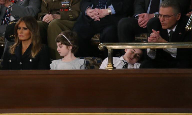 Αποκοιμήθηκε στην ομιλία του Ντόναλντ Τραμπ και έγινε viral – O μικρός Τζόσουα Τραμπ και το bullying λόγω επωνύμου!