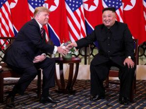 """Ντόναλντ Τραμπ – Κιμ Γιονγκ Ουν: Η """"γλώσσα του σώματος"""" που… μαρτυρά πολλά"""