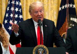 «Γκρινιάζει» για τη συμφωνία για το μεταναστευτικό ο Τραμπ