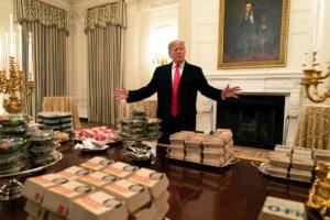 Ντόναλντ… τρως! «Τσουπούτεψε» ο Τραμπ – Τον έβγαλαν παχύσαρκο οι γιατροί