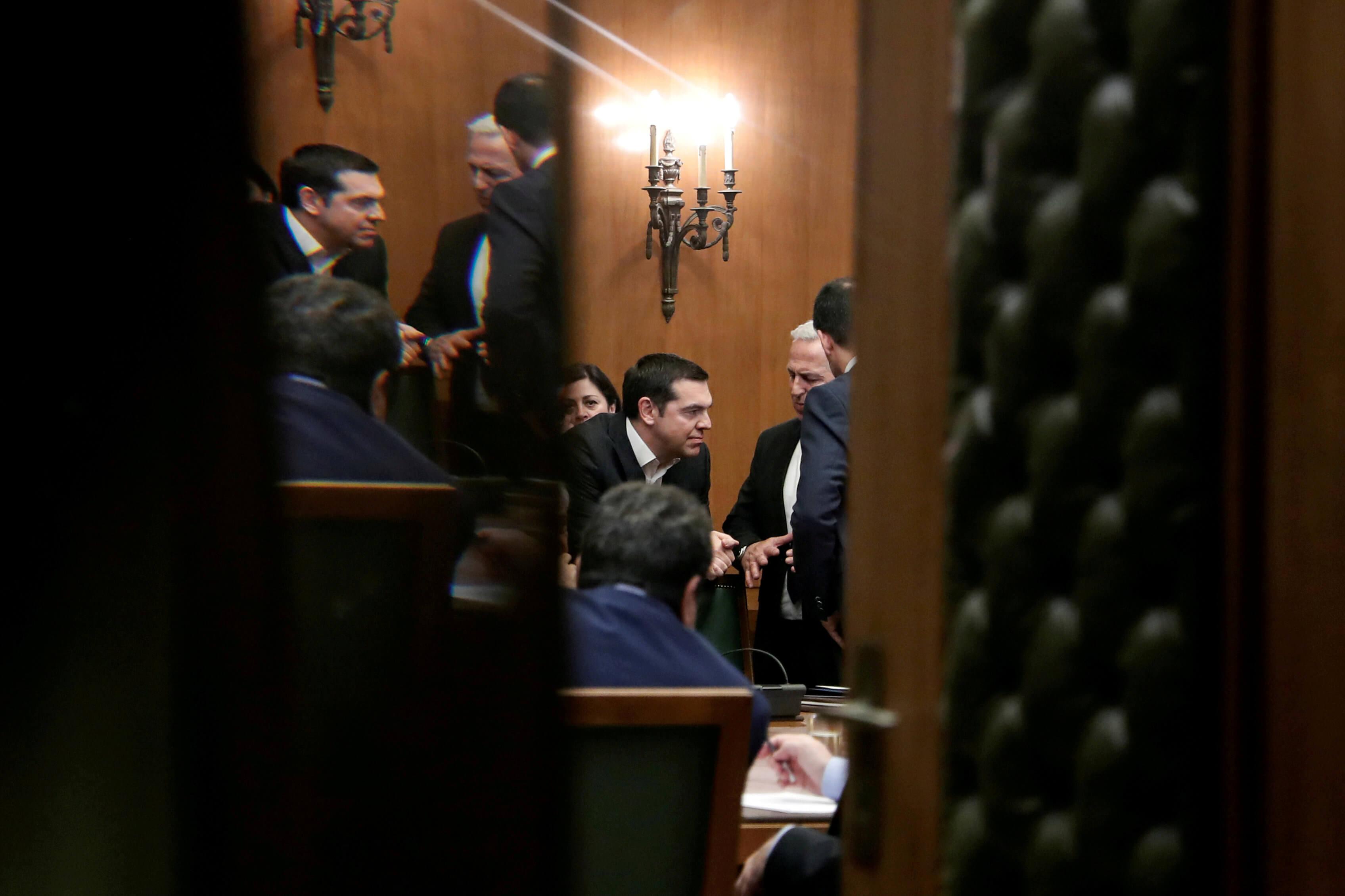 Reuters: Στριμωγμένος ο Αλέξης Τσίπρας ενόψει εκλογών – Τι θα δώσει για να κλείσει την ψαλίδα με τη ΝΔ και τι φοβάται