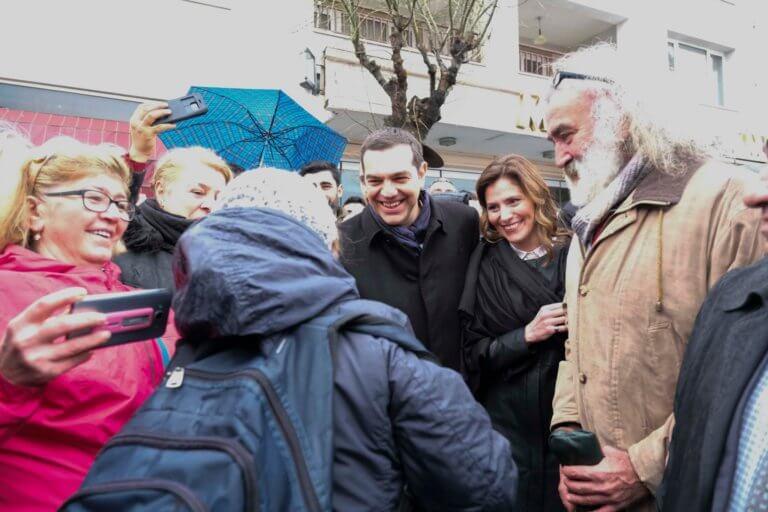 Ο Αλέξης Τσίπρας στη Χάλκη: Χαμόγελα, αγκαλιές και φωτογραφίες με τους κατοίκους [pics]   Newsit.gr