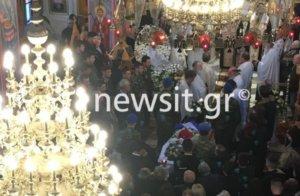 Πάτρα: Ραγίζουν καρδιές στην κηδεία του Εύζωνα Σπύρου Θωμά – Το σπαρακτικό τελευταίο αντίο [pics, video]