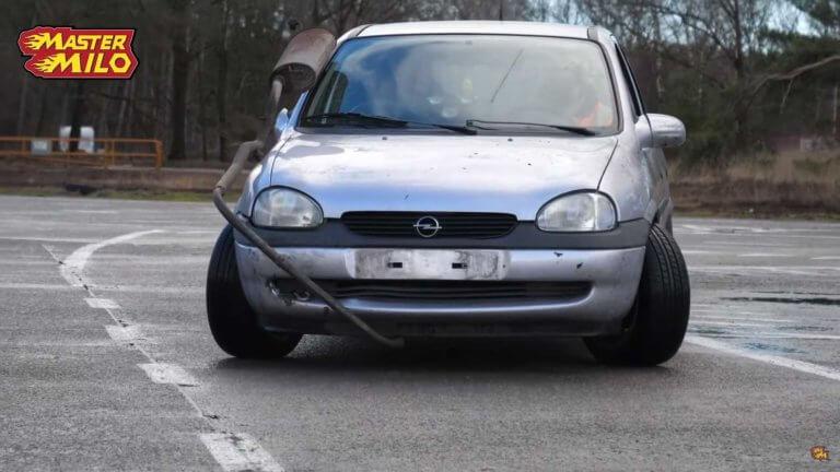 Πώς πηγαίνει ένα αυτοκίνητο με δύο τιμόνια; [vid] | Newsit.gr
