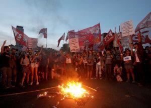 Βενεζουέλα: Στους δρόμους οι οπαδοί Μαδούρο και Γκουαϊδό