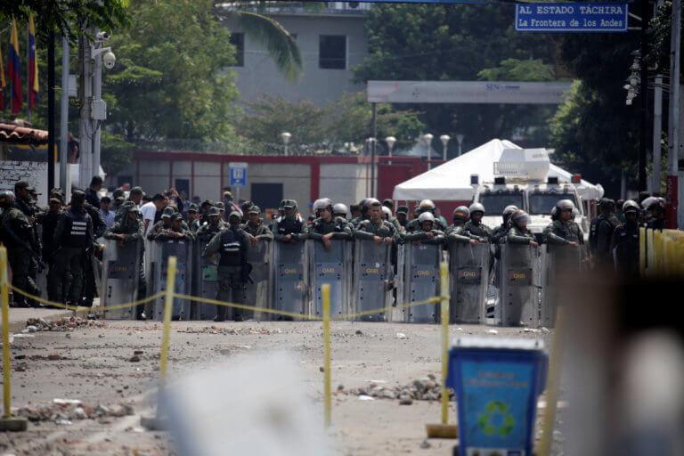 Βενεζουέλα: 100 μέλη των Ενόπλων Δυνάμεων έχουν αυτομολήσει στην Κολομβία | Newsit.gr