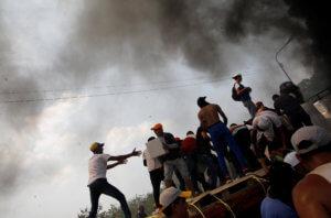 Βενεζουέλα: Πυρπολήθηκε από την αστυνομία φορτηγό με ανθρωπιστική βοήθεια! – video