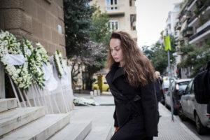 Βίκυ Σταμάτη: Εμφάνιση μετά από καιρό στην κηδεία του Βασίλη Κόκκινου [pics]