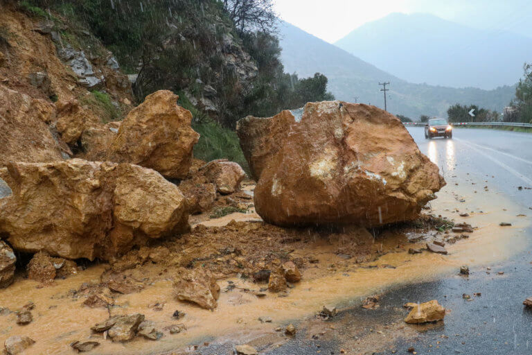 Κρήτη – Κακοκαιρία: Χείμαρρος ο ΒΟΑΚ – Πτώση βράχων και ανατροπή ΙΧ – video | Newsit.gr