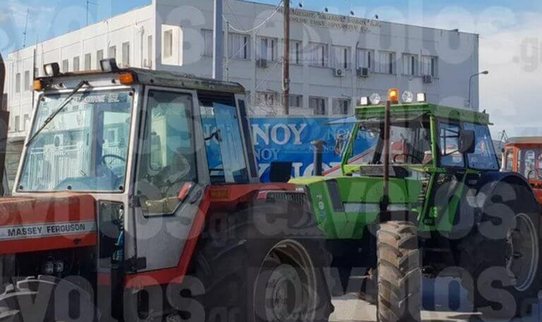Βόλος: Οι αγρότες μπήκαν στην πόλη με τα τρακτέρ τους – «Είμαστε ενωμένοι σαν μια γροθιά» – video | Newsit.gr