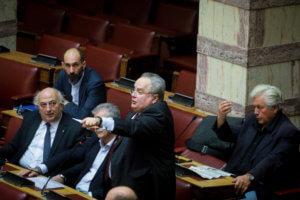 Μέσα στη Βουλή: Βαρεμάρα, καθρεφτάκια και… sms – Τι έκαναν οι βουλευτές [pics]