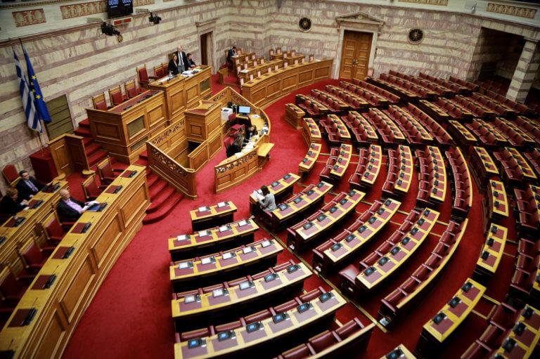 """Βουλή: """"Χαμός"""" στην ολομέλεια για τις αλλαγές στον κανονισμό"""