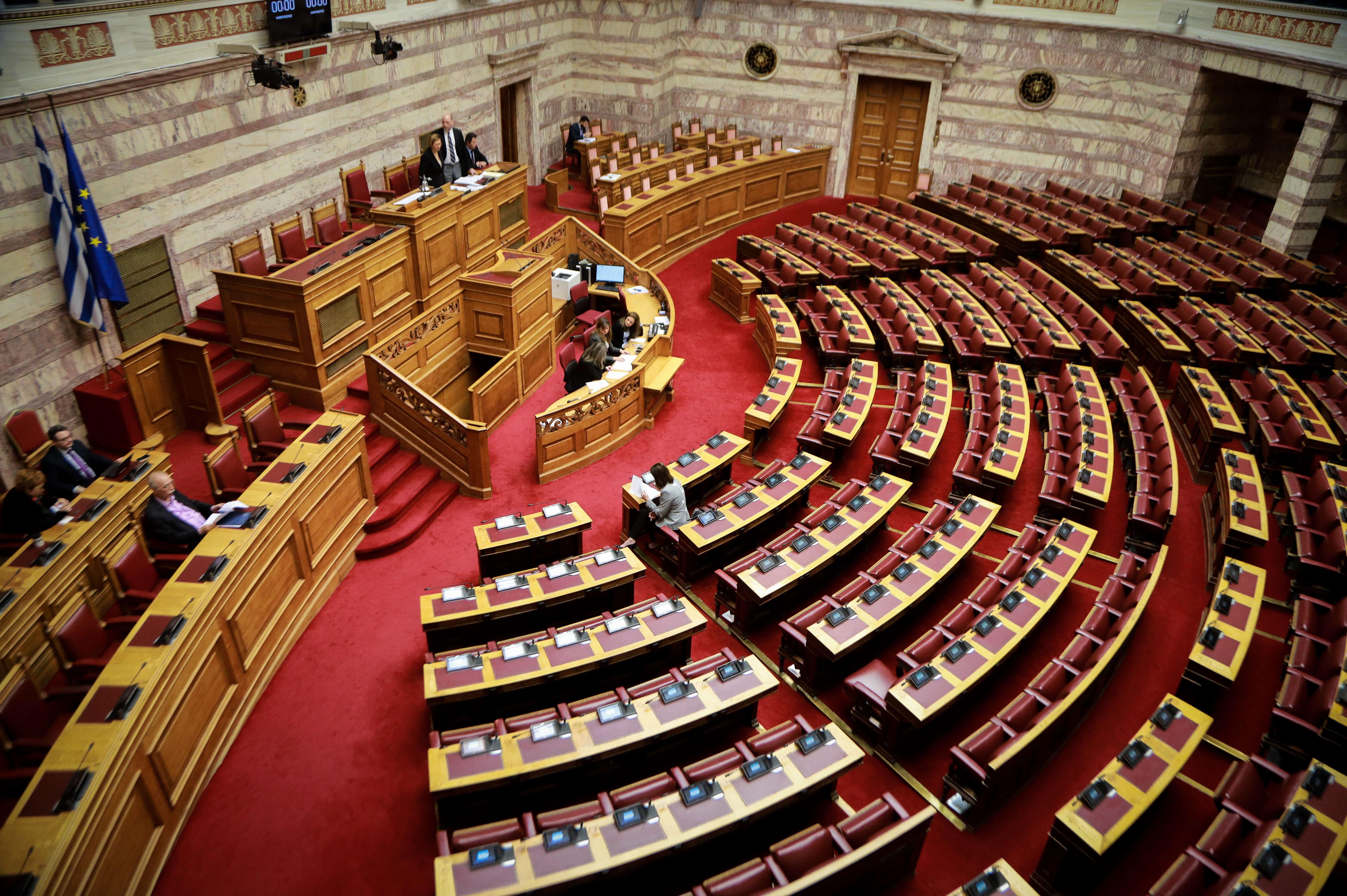 """Βουλή: """"Χαμός"""" στην ολομέλεια για τις αλλαγές στον κανονισμό - Στο στόχαστρο οι 6 που """"προχώρησαν"""" στον ΣΥΡΙΖΑ"""