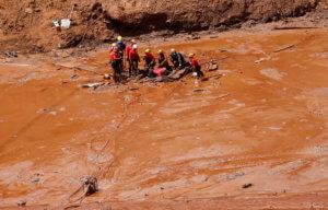 Βραζιλία: Δεν σταματούν να ξεθάβουν πτώματα – 121 νεκροί από την κατάρρευση του φράγματος [pics]