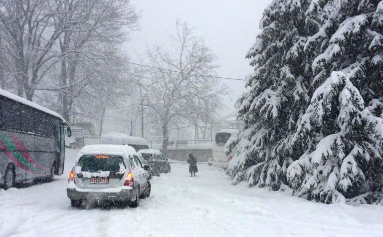 Καιρός – Ωκεανίς: Λεωφορεία και αυτοκίνητα αποκλείστηκαν στα χιόνια – Αβοήθητοι στο Στόμιο [pics, video]