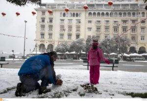 Καιρός: Νέες εικόνες από τη χιονισμένη Θεσσαλονίκη – Αυξημένη η κίνηση στους δρόμους [pics]