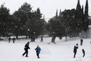 Καιρός: Έτσι θα χτυπήσει η «Χιόνη» – Χιονίζει στην Πάρνηθα, στο -4 η θερμοκρασία