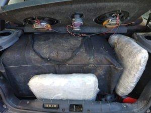 Άρτα: Χειροπέδες σε οδηγό και συνοδηγό – Οι εικόνες από το εσωτερικό του αυτοκινήτου τους [pics]