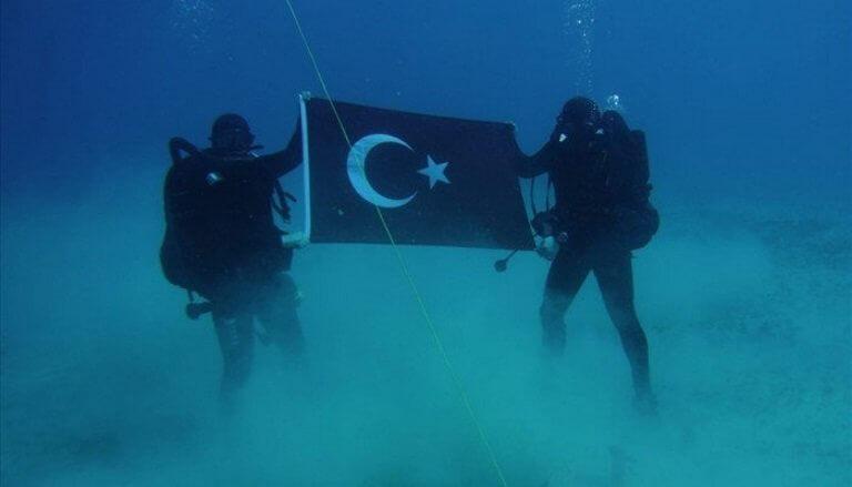 Η τουρκική σημαία στον βυθό της Σούδας σε άσκηση του ΝΑΤΟ!