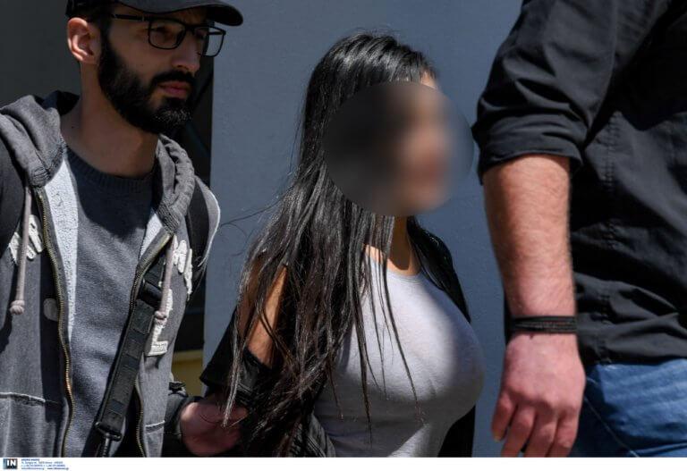 Στον ανακριτή η 32χρονη που κατηγορείται ότι έριξε τον σύντροφό της από μπαλκόνι στη Βούλα