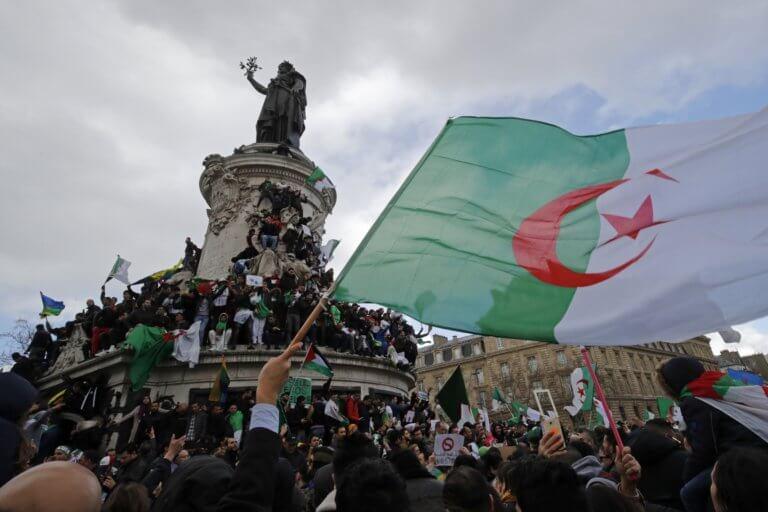 """Αλγερία: """"Ε, Μπουτεφλίκα, δεν έχει 5η θητεία"""" φώναξαν χιλιάδες μαθητές στον πρόεδρο που επέστρεψε από Ελβετία! – Video"""
