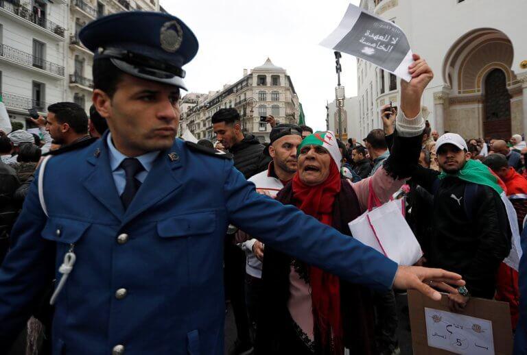 """Τεράστιες αντικυβερνητικές διαδηλώσεις στο Αλγέρι – """"Όχι 5η θητεία, έι Μπουτεφλίκα!""""   Newsit.gr"""