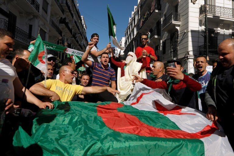 Αλγερία: Μέγα πάθος, μέγα πλήθος κατά Μπουτεφλίκα και υπέρ προεδρικών εκλογών – video | Newsit.gr