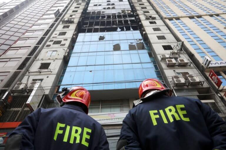 Μπανγκλαντές: Χειροπέδες στους ιδιοκτήτες του φονικού ουρανοξύστη που έγινε παρανάλωμα του πυρός!