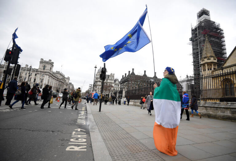 Brexit: Ή θα καθυστερήσει ή η χώρα θα πέσει στα βράχια, λέει ο Υπουργός Οικονομικών