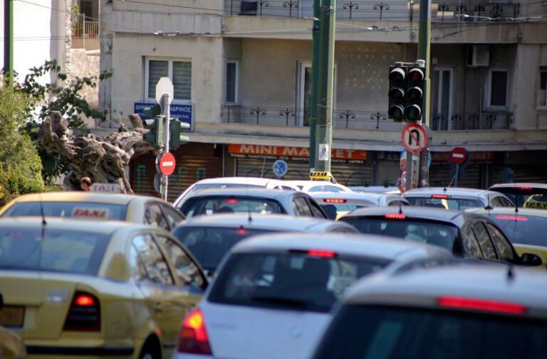 Κλειστοί δρόμοι στην Αθήνα: Οι εργαζόμενοι στα νοσοκομεία έξω από το υπουργείο Εργασίας