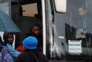 """Γαλλία: Μετανάστες – """"spiderman"""" στο Καλαί για Βρετανία!"""
