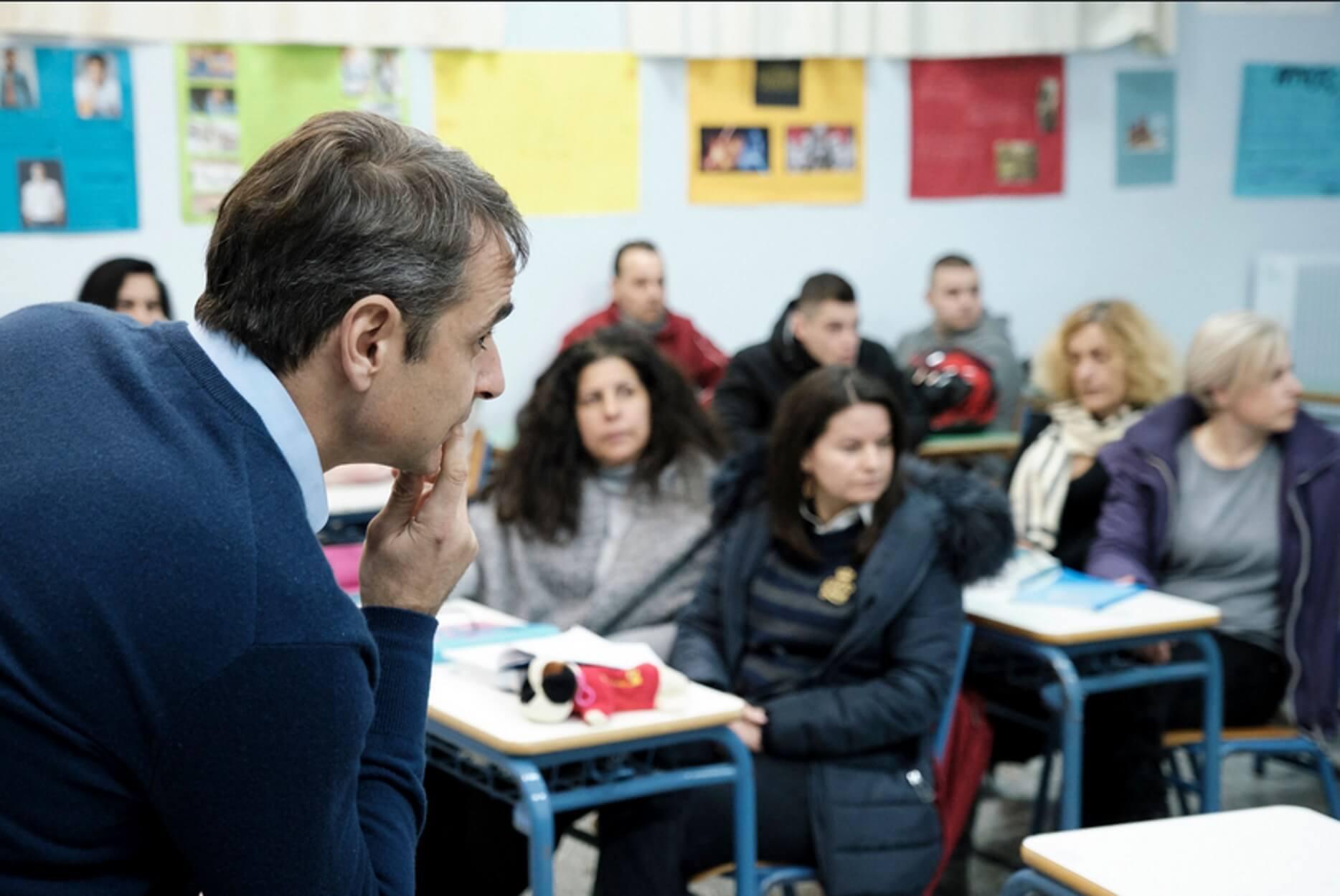 Μητσοτάκης: Ξαφνική επίσκεψη στο νυχτερινό σχολείο του Αιγάλεω! [pics, video]
