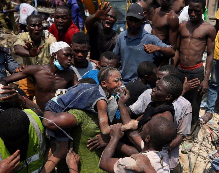 Νιγηρία: Ακόμα μετράνε νεκρά παιδιά από το σχολείο που έπεσε σαν τραπουλόχαρτο! – video | Newsit.gr