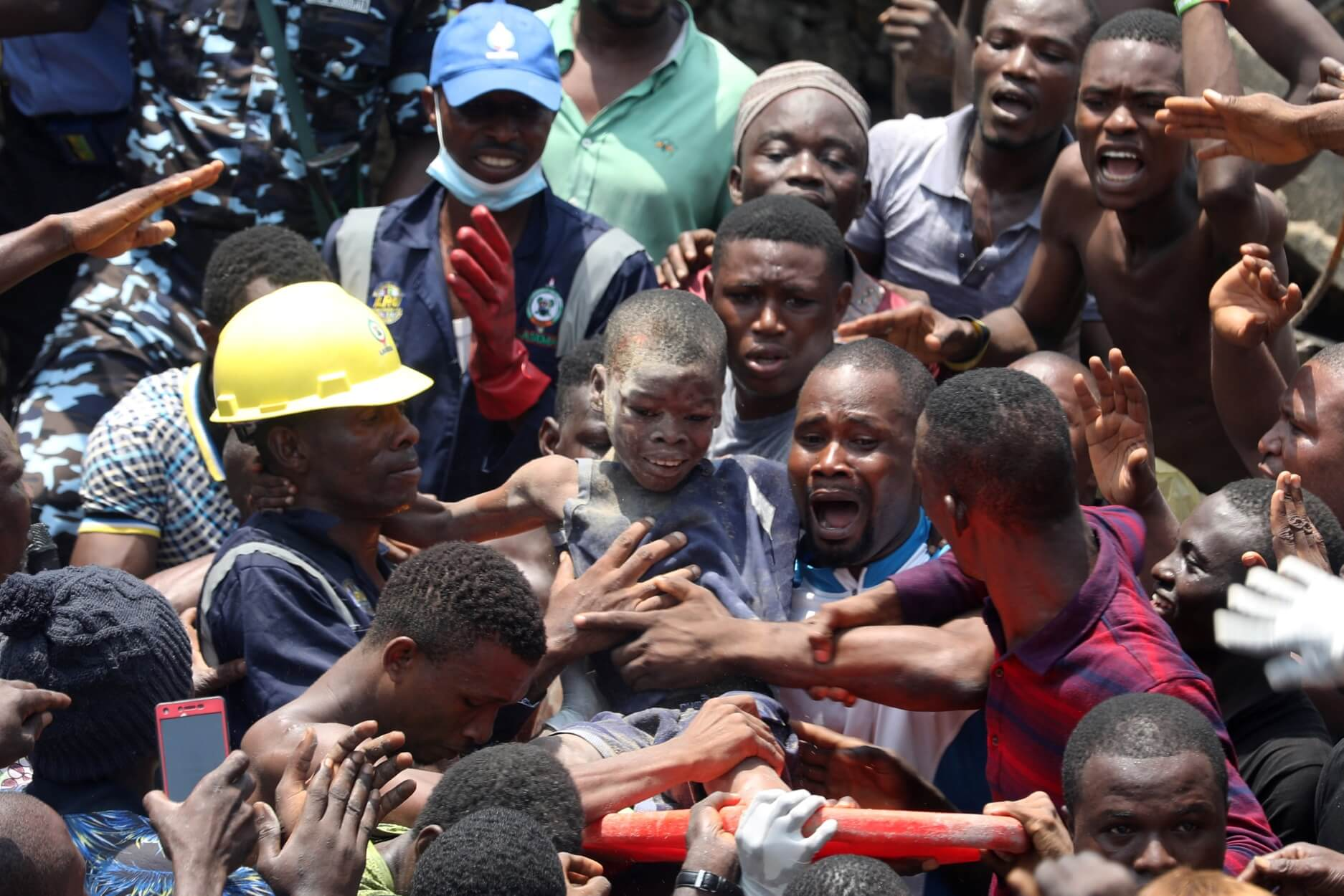 Νιγηρία: Βγάζουν παιδιά από τα συντρίμμια του σχολείου που κατέρρευσε! – Video