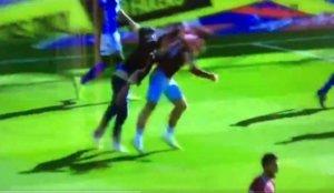 """Οπαδός έκανε """"ντου"""" και χτύπησε πισώπλατα ποδοσφαιριστή! video"""