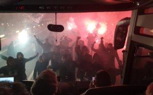 ΠΑΟΚ: «Τρέλα» οπαδών! «Μπλόκαραν» το πούλμαν και έστησαν… πάρτι στην εθνική οδό – video