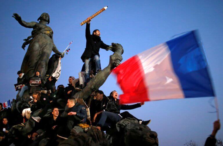 """Παρίσι: Συγκρούσεις και δακρυγόνα κατά των """"κίτρινων γιλέκων""""! video"""