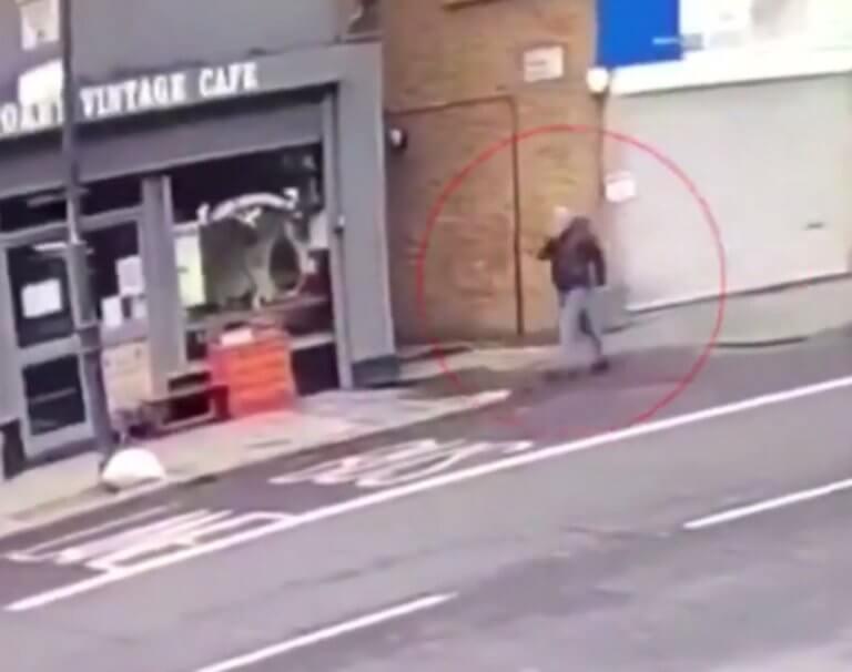Βίντεο – σοκ! Πεζός περνάει σώος μπροστά από κτίριο που καταρρέει | Newsit.gr