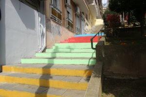 Χρωματιστές σκάλες σε γειτονιές της Καβάλας [pics]