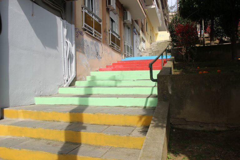 Χρωματιστές σκάλες σε γειτονιές της Καβάλας [pics] | Newsit.gr
