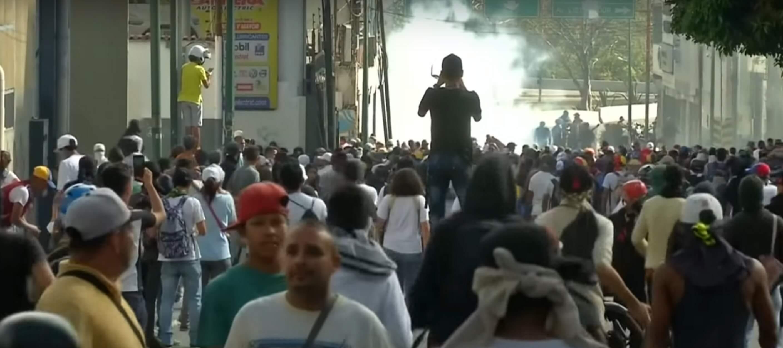 Βενεζουέλα: Κόλαση με ξύλο και δακρυγόνα σε διαδήλωση κατά του Μαδούρο!