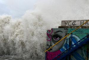 Καιρός: «Σαρώνουν» την χώρα οι «λυσσασμένοι» άνεμοι – Καθηλωμένα τα πλοία