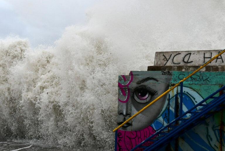 """Καιρός: """"Σαρώνουν"""" την χώρα οι """"λυσσασμένοι"""" άνεμοι – Καθηλωμένα τα πλοία"""