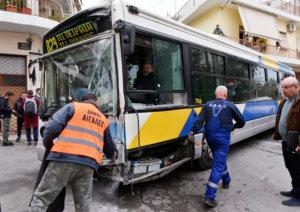 Σύγκρουση λεωφορείων στο Αιγάλεω – 9 επιβάτες τραυματίες – video