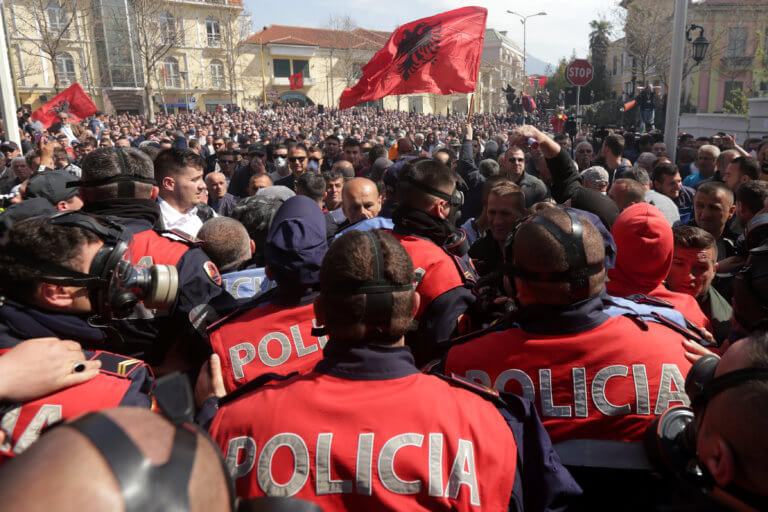 """Αλβανία: Καζάνι που """"βράζει"""" τα Τίρανα – Νέο """"ντου"""" στη Βουλή από διαδηλωτές"""